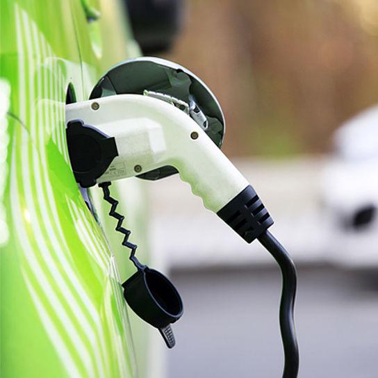 Strom tanken an Ladestationen für Elektroautos